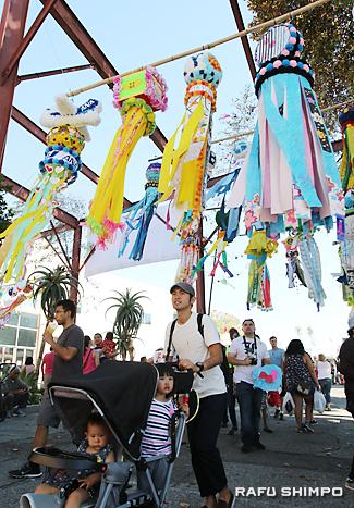 風になびき、小東京を彩る鮮やかな七夕飾り。大小183個の力作が展示された