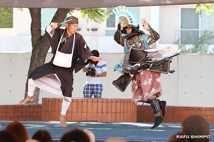 東北六魂祭で演じられた仙台の「伊達武将隊」。左が松尾芭蕉、右は伊達政宗