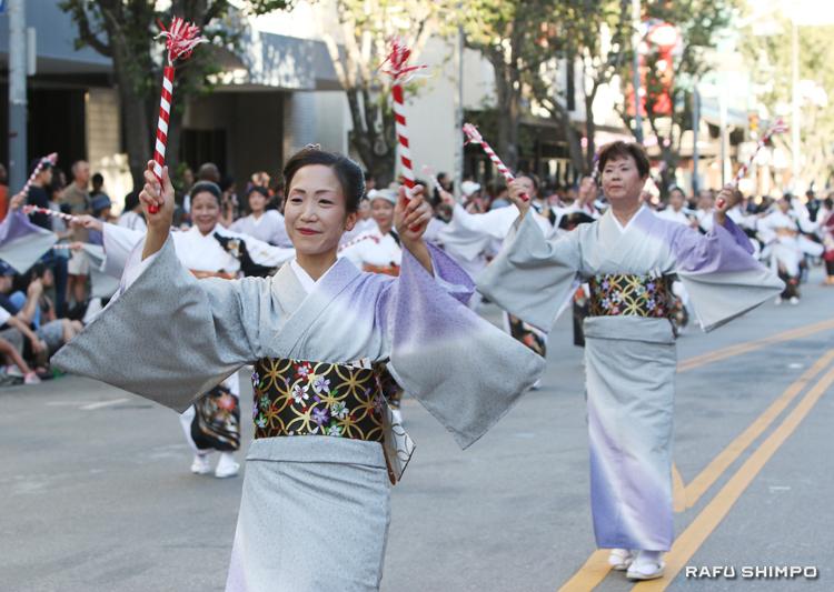 グランドパレードで踊りの先陣を切る坂東秀十美社中