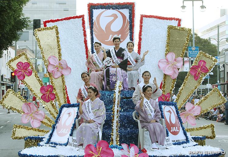 グランドパレードでひと際大きな声援を受けた二世週祭の女王とコート
