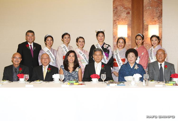 記念写真に納まる受賞者(前列)と来賓、関係者(後列)ら。前列左からフクハラ、ナガタ、猪瀬の代理で娘のジュディー・ジョブズ、半田、松前、ヤナイの6氏。後列は、左端がハラ実行委員長