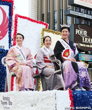 パレードに参加した新女王ハッターさん(手前右)、ファーストプリンセスのオオタさん(左)、ミス・トモダチのミゾグチさん
