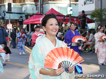 パレードで着物姿で踊った女優のタムリン・トミタ