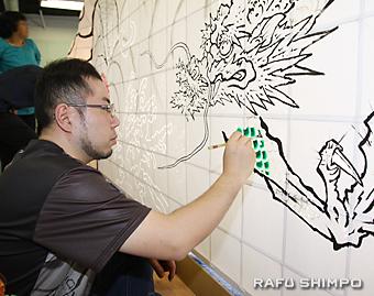 「見送り」と呼ばれる背面に龍を描く手塚茂樹さん