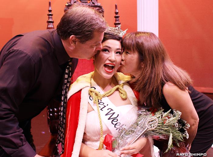 両親から祝福のキスを受けるサラ・クニコ・ハッターさん