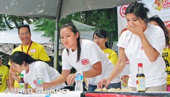2014 Nisei Week Queen Tori Nishinaka-Leon does her best to keep her gyoza down as Princesses Ashley Arikawa, left, and Tiffany Hashimoto munch on. (J.K. YAMAMOTO/Rafu Shimpo)