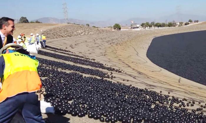 水不足対策の一環としてロサンゼルス貯水池にシェードボールを投入するガーセッティーLA市長