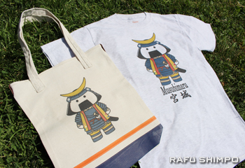 義援金集めのために作ったオリジナルTシャツと手提げバッグが会場で販売された。モチーフは宮城県仙台市公式のマスコットキャラクターの「むすび丸」。