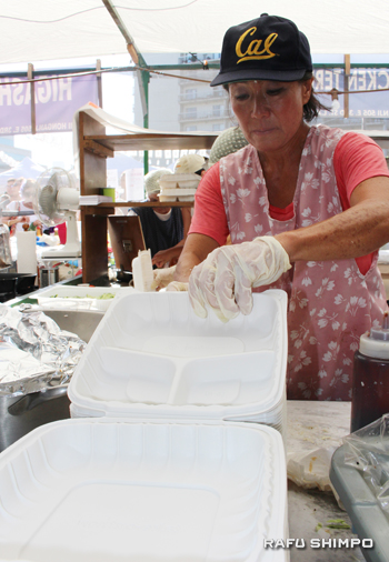 テリヤキチキンのコーナーで毎年家族の手伝いをしているジャン・ミトマさんは、今年初めてプラスチックの容器を使って販売した。