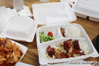リサイクル可能なプラスチックや紙でできた容器で食事がもてなされた