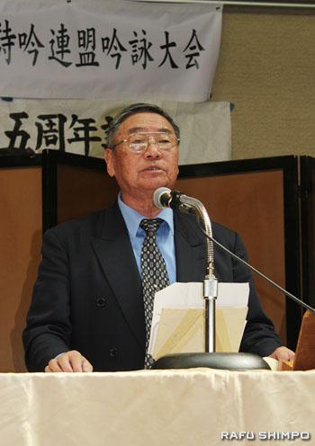師範の部で詩吟を披露する同連盟理事長の世木錦光氏