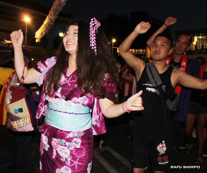 毎年、浴衣を着て小物を身につけて踊るのを楽しみにしている日系4世のへザー・トヨシマさん
