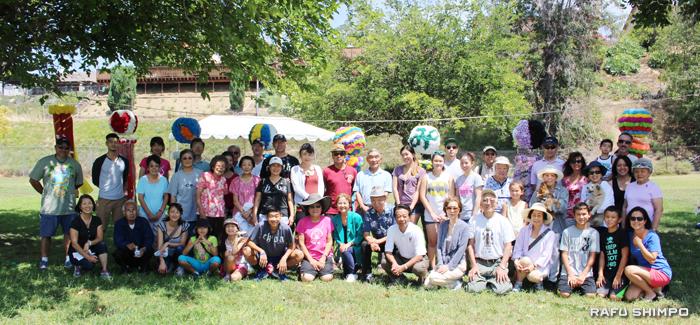 今年も大盛況に終わった南加宮城県人会のピクニック。七夕飾りの前で全員集合!