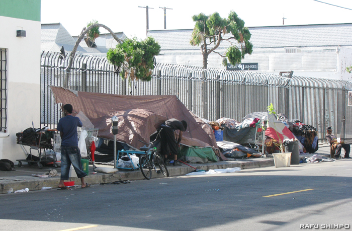 ロサンゼルス市内の路上でテントなどを張り生活するホームレスの人々(石原嵩撮影)