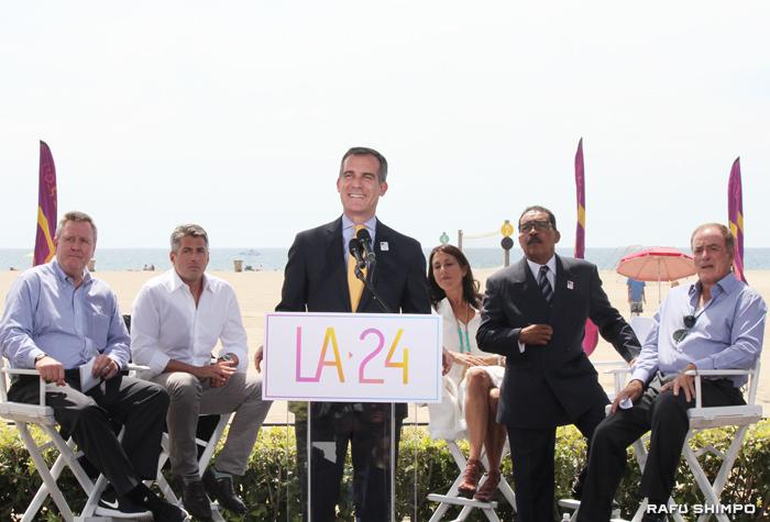 ロサンゼルス市が正式に2024年五輪の開催都市に立候補することが決まり、記者会見で意欲を示すエリック・ガーセッティーLA市長