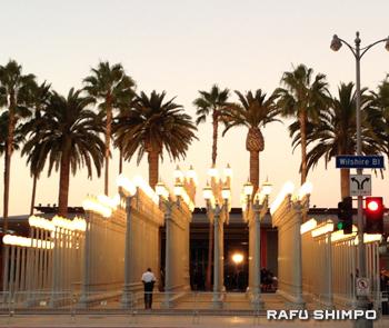 LACMAの名物、正面入り口前に設置されている現代美術家クリス・バーデン氏の作品「Urban Light」