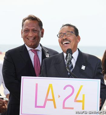 開催都市に立候補することが決まり喜ぶLA市議会のハーブ・ウェッソン議長(右)とギル・セディーロ市議