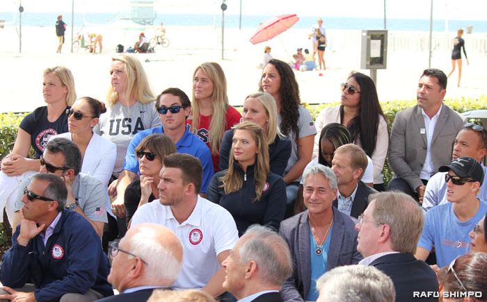 飛び込みで84年のLA五輪で金メダルを獲得したグレゴリー・ローガニス氏(前列右から2人目)ほか、米国の五輪メダリストたち