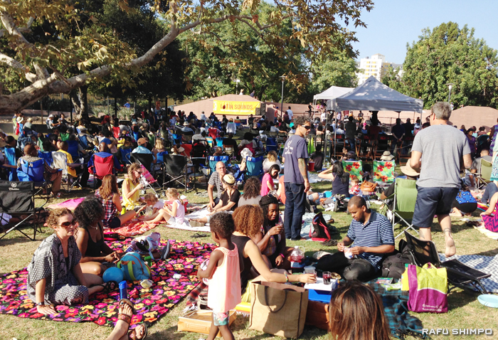 特設ステージ前の芝生にはブランケットを敷き、生演奏を聞きながらピクニックをする人で溢れていた