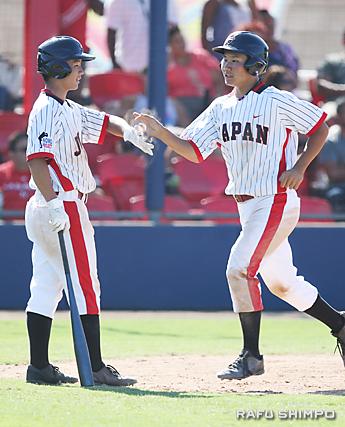 得点を喜ぶ日本選手