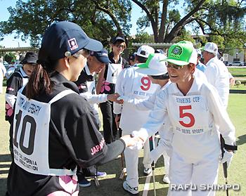 決勝戦を終え、健闘をたたえ合うブラジルと日本の選手