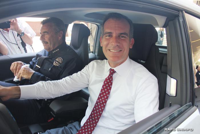 電気自動車に乗り込み、乗り心地を確認するガーセッティー市長