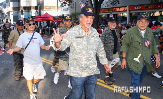 Bruce Uyemura (right) marches alongside fellow Vietnam veterans in the Nisei Week Grand Parade on Aug. 16. (MARIO G. REYES/Rafu Shimpo)
