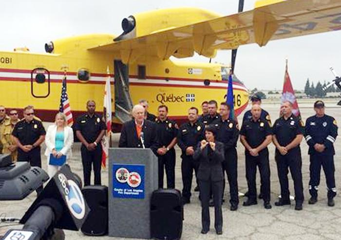 山火事が多発していることを受け、カナダからエアータンカー2台をリースしたと発表するLA郡のアントノヴィッチ郡参事(写真中央)(同郡参事提供)