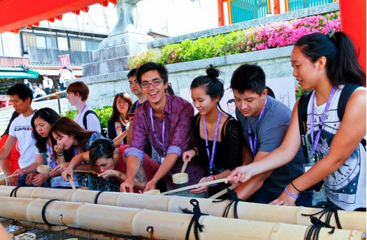 A Kakehashi Project group visits a temple in 2014.