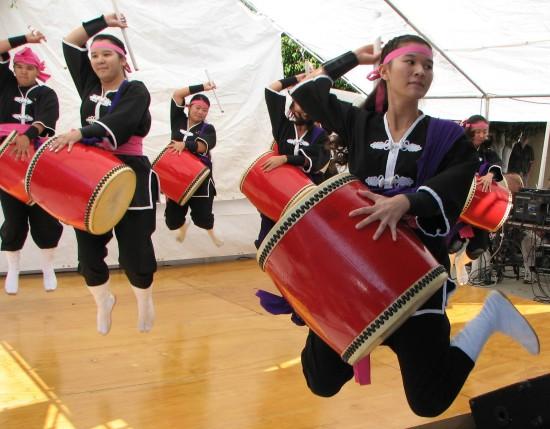 Ryukyukoku Matsuri Daiko performs at last year's bazaar. (J.K. YAMAMOTO/Rafu Shimpo)