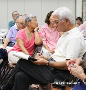 後ろの席に座って話を聞き、メモと取るボードメンバーの理事長、ゲリー川口氏