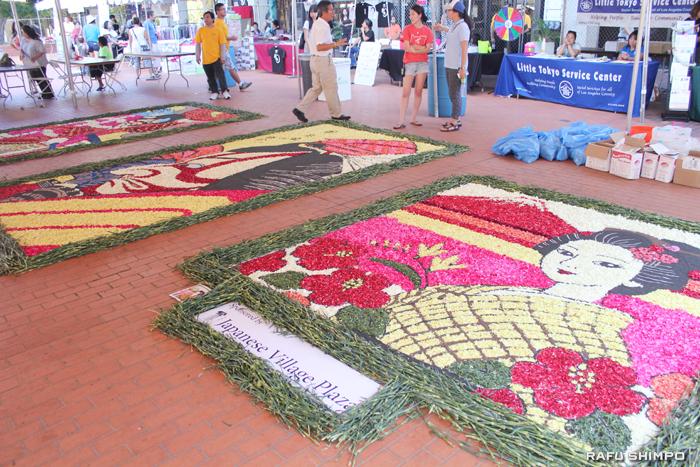 1万2千本の花から花びらだけをちぎり取り、来場者が花びらで絵を描いた「インフィオラータ」の3作品