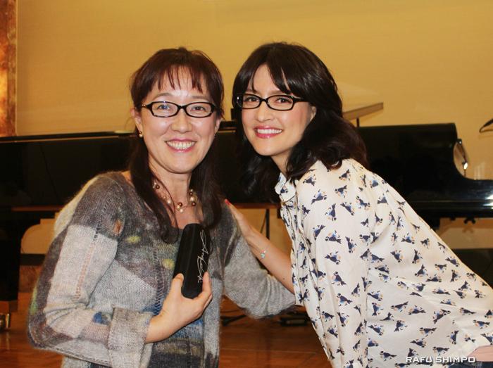 オークションに愛用の眼鏡を出品したアンジェラ・アキ(右)と落札した加藤由香さん