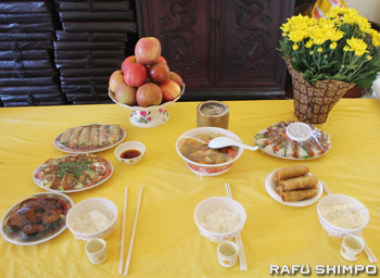 寺院の祭壇には春巻きなど供え物のベトナム料理が並べられている