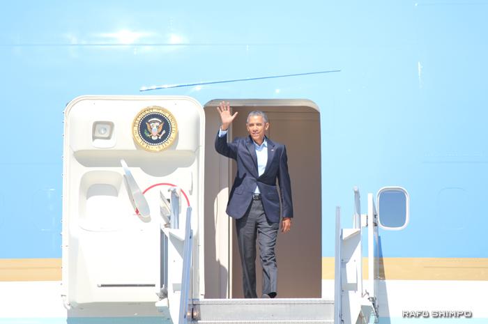 大統領専用機でLAXに到着したオバマ大統領