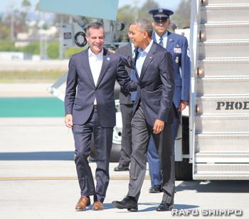 LAXに到着したオバマ大統領(左)を出迎えるエリック・ガーセッティーLA市長