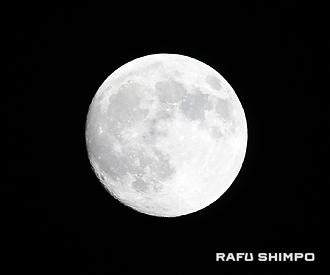 浮かび上がった大きくてきれいな月