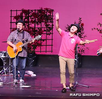 おやじバンド「まぶらい」のボーカル加川徹さん(右)とギターの丸野清さん