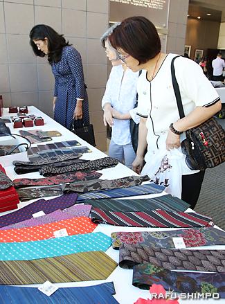 大島紬の展示・即売では、ネクタイや小物入れ、ハンカチなどさまざまな品々が並んだ
