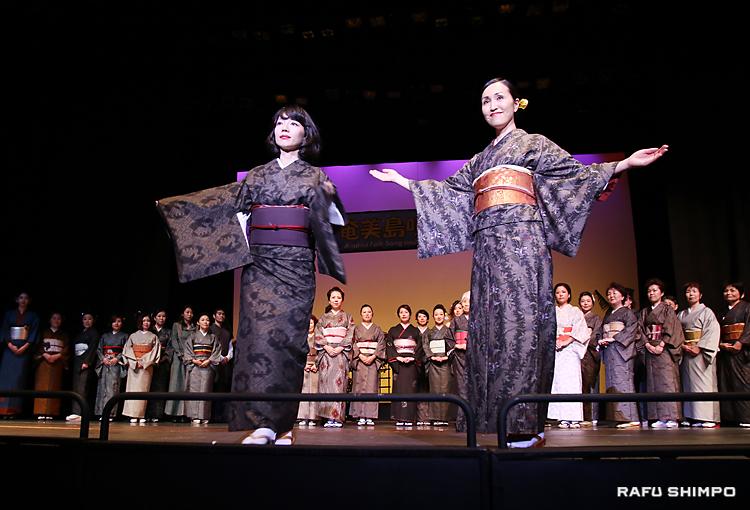 さまざまな種類の着物やドレスを披露した大島紬ショー