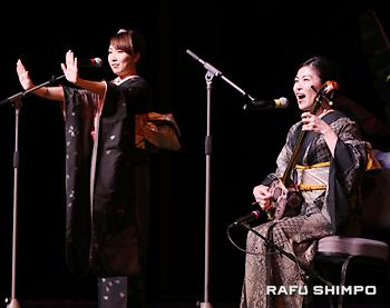 島唄を披露する中村瑞希さん(右)と、観客とともに手遊びをする笠利ひさなさん