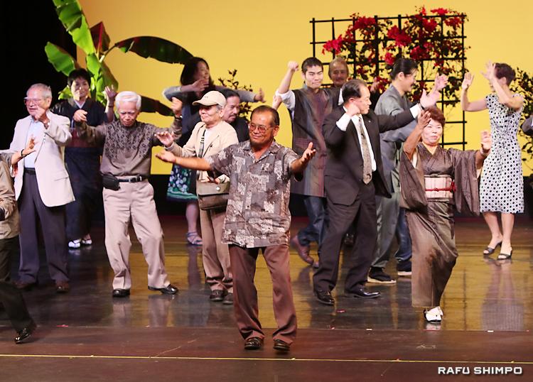 「ワイド節」に合わせて踊る西元和彦会長(中央)ら
