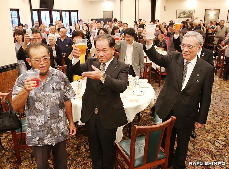 南加奄美会創立40周年と奄美群島日本復帰60周年を祝って乾杯する(左から)西元和彦会長、伊集院幼・大和村長、朝山毅・奄美市長ら