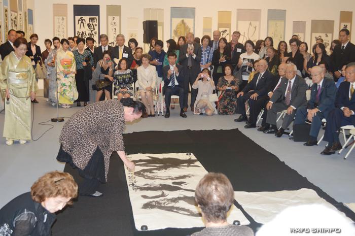 書展会場で揮毫する産経国際書会の平方峰壽名誉顧問