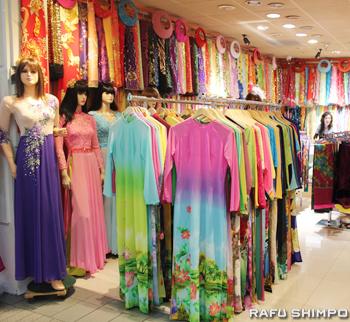 モール内にはベトナムの民族衣装アオザイの生地を売る店もある