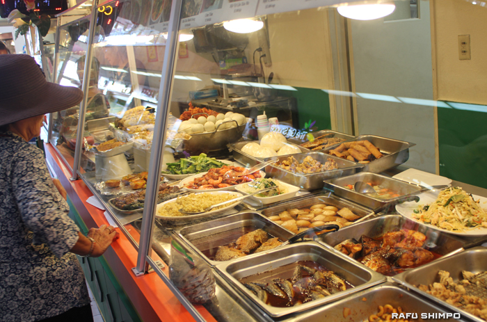 フードコートにはさまざまな種類のベトナム料理が並ぶ