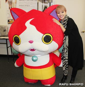 ジャパンフェアの一環で行われた日本映画祭で上映された「妖怪ウォッチ」のキャラクターとたわむれる研ナオコさん(右)