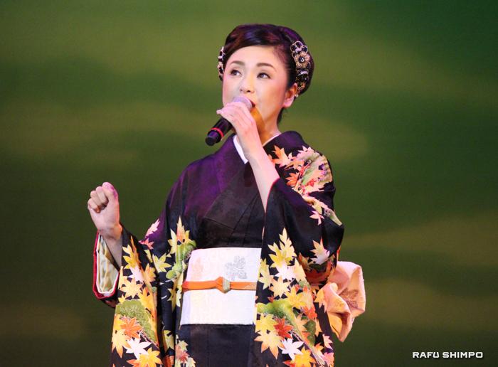 美しい紅葉の着物を身にまとい登場した多岐川舞子