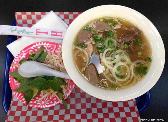 ライスヌードルで作るベトナムの代表的な麺料理のフォー