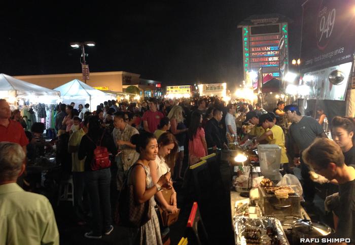 夏の間、週末限定で開催される夜市。ベトナム料理の屋台が並び多くの人で賑わう